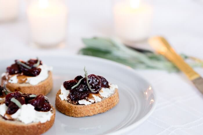 Cherry and Goat Cheese Crostini | Cherries and cheese | Winter appetizers