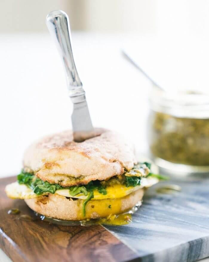 5 Minute Pesto Breakfast Sandwich | Healthy breakfast sandwich